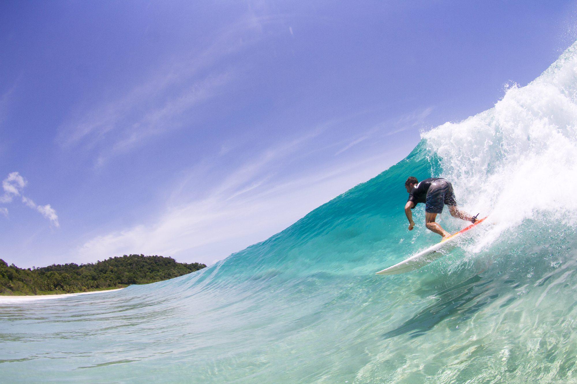 surfer in dumper wave, surf banyak
