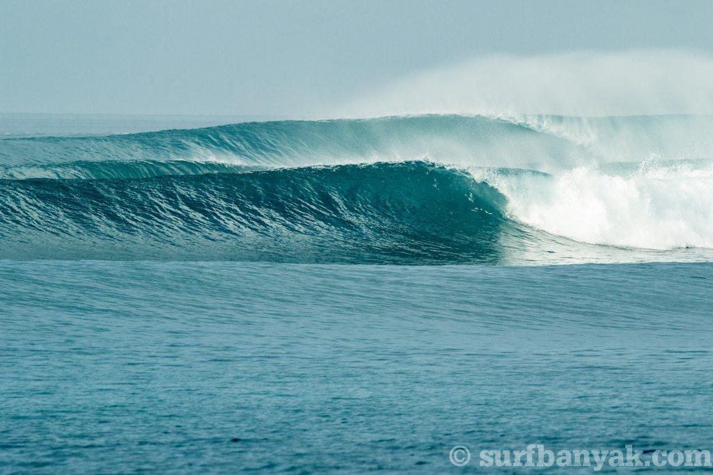 perfect shot of spilling waves, surf banyak