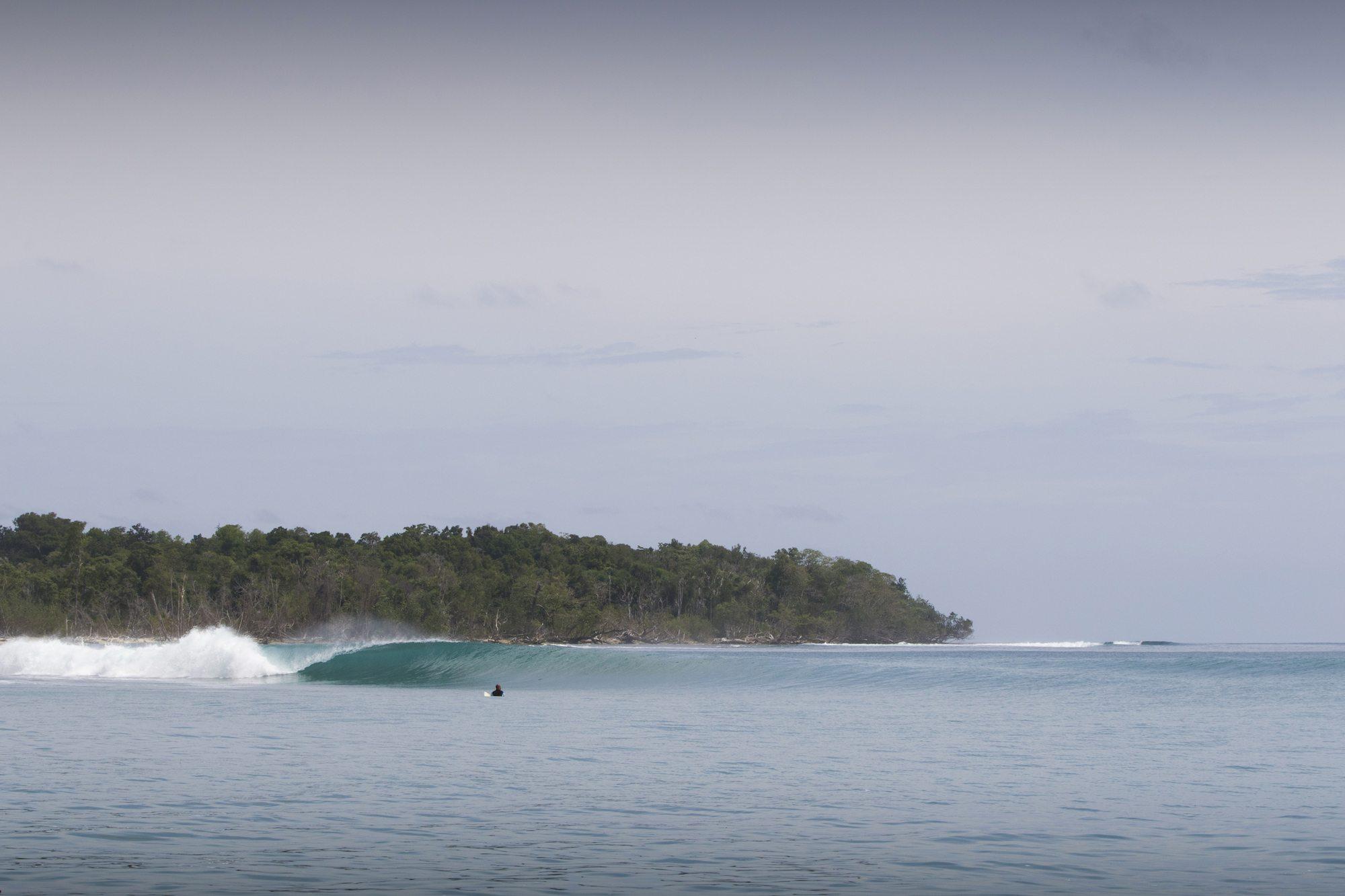spilling waves, surf banyak