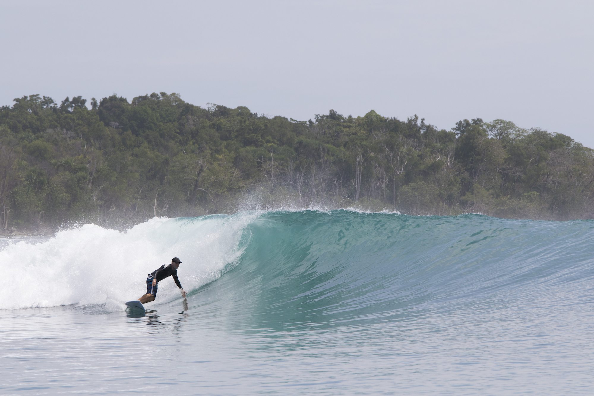 surfer catches the waves, surf banyak